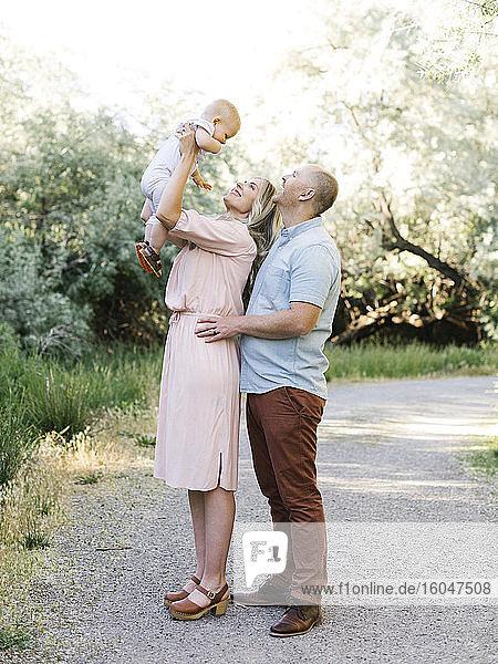 Eltern mit Kleinkind im Garten