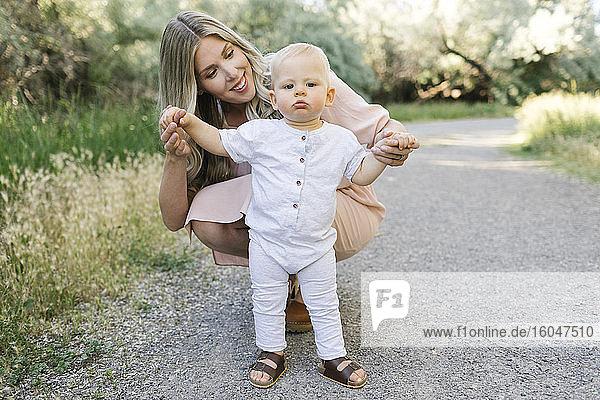 Freiluftporträt der Mutter mit dem kleinen Sohn