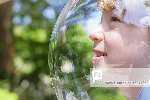 Junge trägt Blase im Freien zur sozialen Distanz