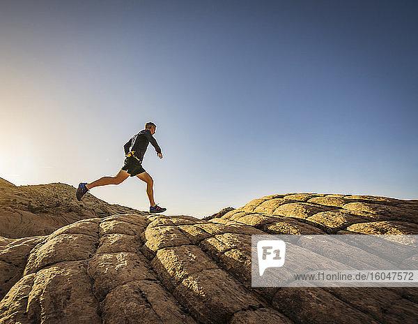 USA  Utah  St. George  Mann rennt in felsiger Landschaft