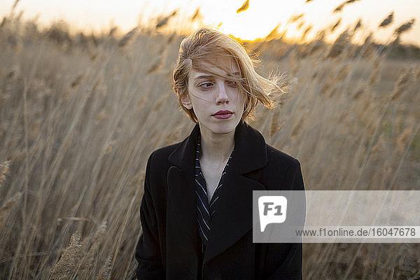 Russland  Omsk  Porträt einer jungen Frau im hohen Gras