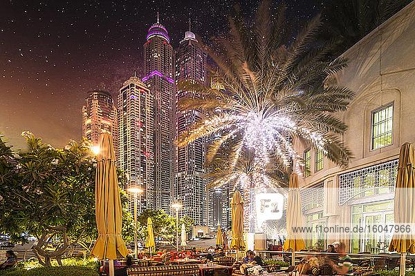 Vereinigte Arabische Emirate  Dubai  Beleuchtete Wolkenkratzer bei Nacht