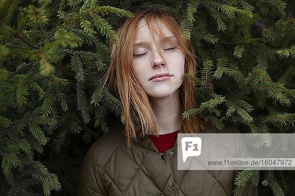 Porträt einer jungen Frau im Laub