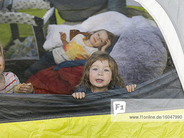 Mädchen (2-3  6-7) im Zelt