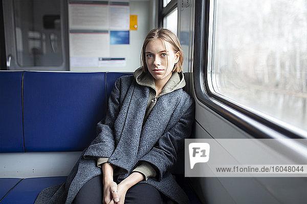 Porträt einer jungen Frau im Zug