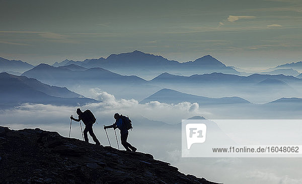Italien  Piemont  Alpen  Monte Rosa  Silhouette von zwei Bergsteigern auf Bergrücken