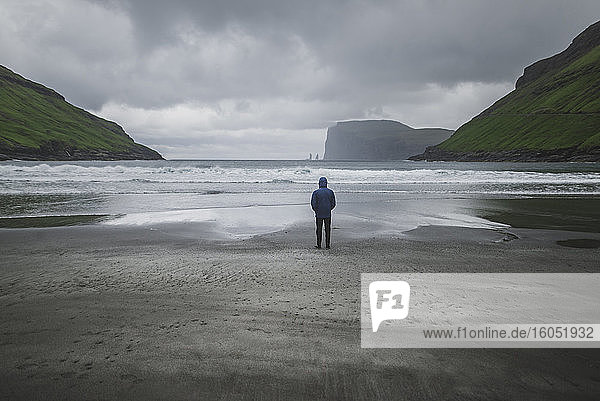 Dänemark  Mann steht bei Nebel am Strand