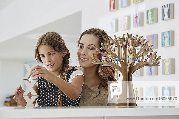 Mutter und Tochter beim Basteln zu Hause Mutter und Tochter beim Basteln zu Hause