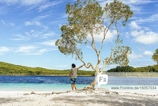 Mann schaut auf Lake Mckenzie gegen den Himmel  Fraser Island  Queensland  Australien Mann schaut auf Lake Mckenzie gegen den Himmel, Fraser Island, Queensland, Australien