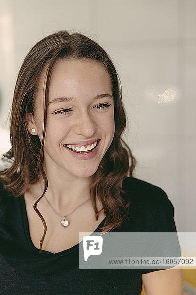 Lächelndes Teenager-Mädchen schaut weg