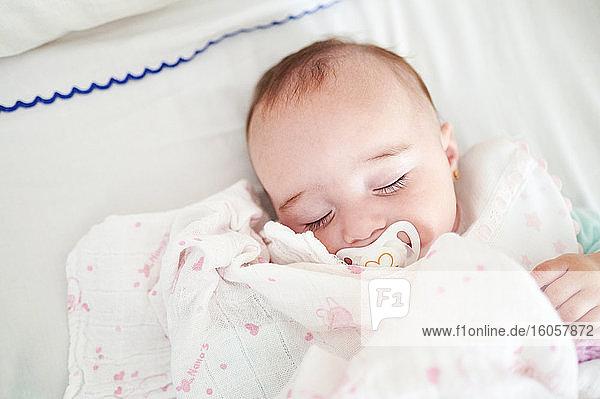 Porträt eines schlafenden kleinen Mädchens mit Schnuller Porträt eines schlafenden kleinen Mädchens mit Schnuller