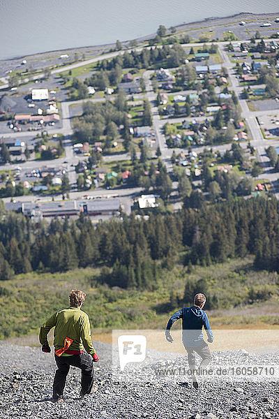Männer beim Abstieg über die oberen Schildfelder des Mount Marathon; Seward  Alaska  Vereinigte Staaten von Amerika
