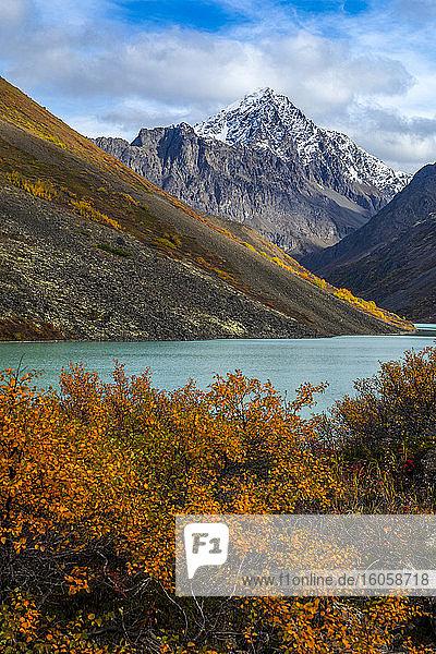 Landschaftliche Ansicht des Eagle Lake und Eagle Peak im Chugach State Park  Süd-Zentral-Alaska; Alaska  Vereinigte Staaten von Amerika