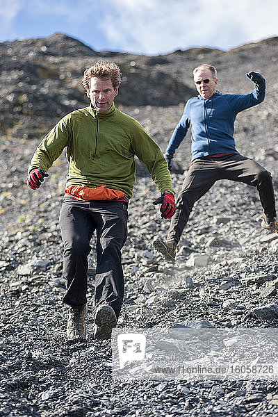Männer beim Abstieg über die oberen Schildfelder des Mount Marathon  Seward  Süd-Zentral-Alaska  Sommer