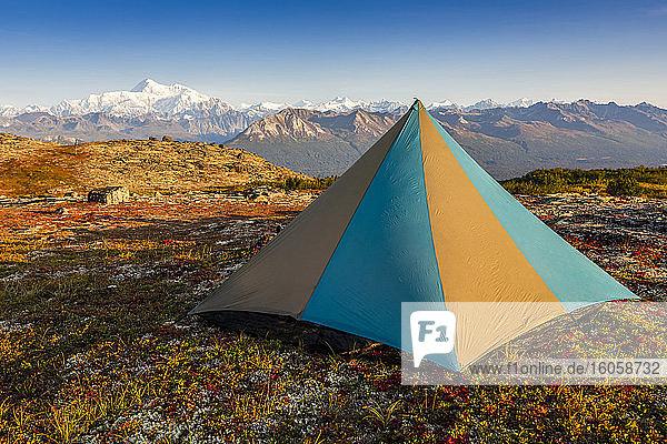 Zelt auf der Tundra in der Nähe des Kesugi Ridge Trail  Denali State Park  Alaska  mit Denali und der Alaska Range (Denali National Park and Preserve) im Hintergrund im Herbst  Süd-Zentral-Alaska; Alaska  Vereinigte Staaten von Amerika