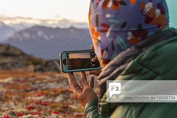 Frau fotografiert den Denali und die Alaska Range bei Sonnenuntergang vom Kesugi Ridge  Denali State Park  Süd-Zentral-Alaska; Alaska  Vereinigte Staaten von Amerika