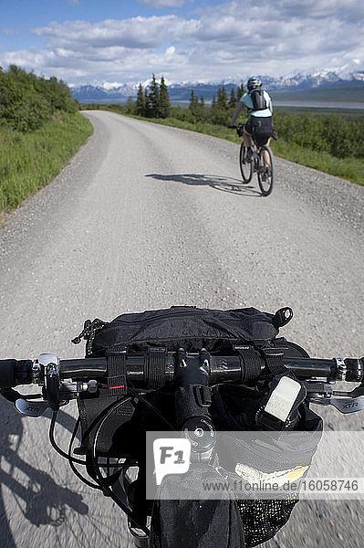 Radfahrende Frau im Denali-Nationalpark  Alaska
