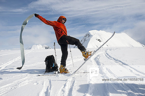 Mann fährt Ski an der Westwand des Gipfels 3720  Turnagain Arm  Chugach-Gebirge  Süd-Zentralalaska