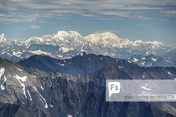 Luftaufnahme des Alaska-Gebirges und des Mckinley-Berges im Denali-Nationalpark  Inneres Alaska  Sommer