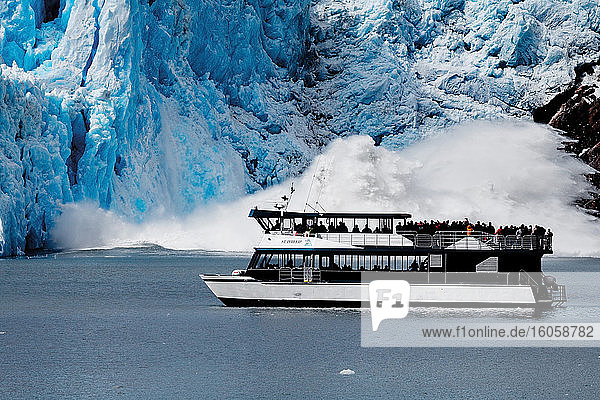 Calving Sawyer Glacier und St. Phillip Tour-Boot  Tracy Arm  Südost-Alaska
