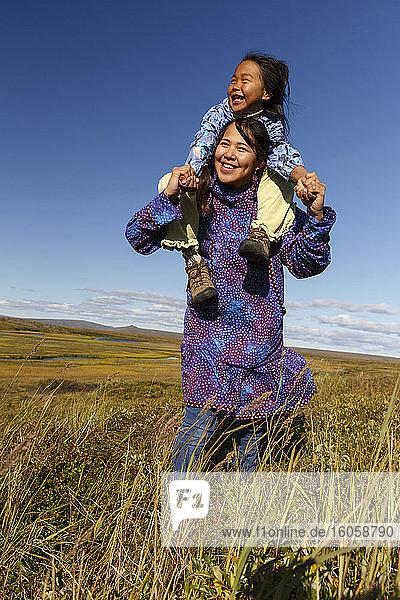 Einheimische Athabaskerinnen aus Alaska in traditionellen Kuspuks beim Schweinerückenritt in der Tundra außerhalb von Nome  Alaska  Sommer