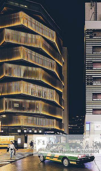 Shinjuku-Straße bei Nacht; Tokio  Kanto  Japan