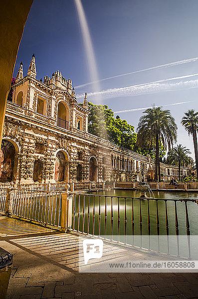 Springbrunnen in einem maurischen Garten in Südspanien; Sevilla  Andalusien  Spanien
