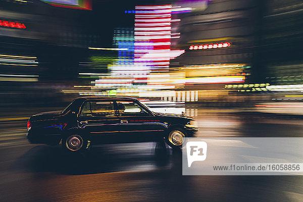 Taxi-Schwenk in der Shinjuku-Straße bei Nacht; Tokio  Kanto  Japan