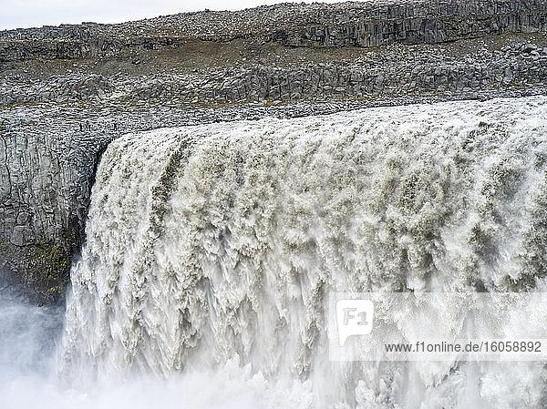 Der Dettifoss-Wasserfall im Vatnajokull-Nationalpark gilt nach dem Rheinfall als zweitstärkster Wasserfall Europas; Nordurthing  nordöstliche Region  Island
