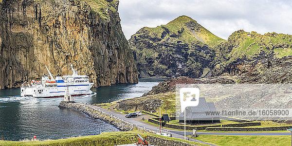 Passagierboot in einem Hafen der Insel Heimaey im Archipel in Südisland; Vestmannaeyjar  Südliche Region  Island