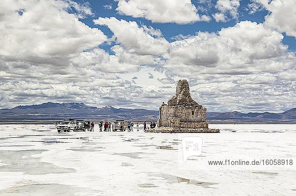 Denkmal für die Rallye Dakar auf dem Salar de Uyuni  der größten Salzfläche der Welt  Departement Potosi  Bolivien