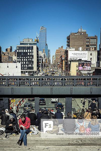 Menschen entspannen sich entlang der High Line; Manhattan  New York  Vereinigte Staaten von Amerika