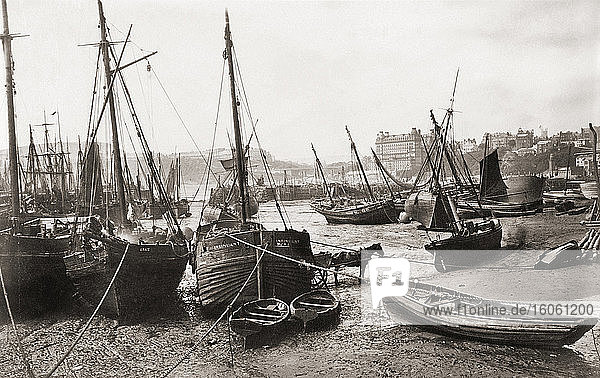 Fischerboote im Hafen von Scarborough  North Yorkshire  England  gestrandet. Fotografiert im späten 19. Jahrhundert  möglicherweise vom englischen Fotografen Francis Frith  1822 - 1898.