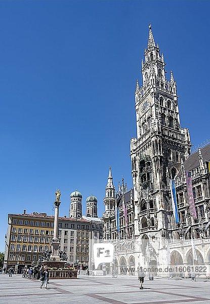 Neues Rathaus mit Mariensäule und Kirchtürmen der Frauenkirche  Marienplatz  München  Bayern  Deutschland  Europa