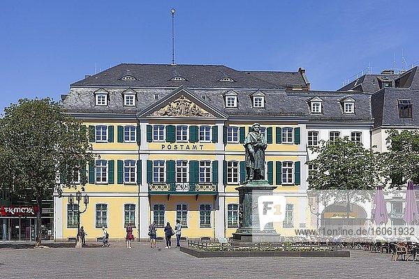 Beethoven-Denkmal und Hauptpostamt  Ehemaliges Fürstenbergisches Palais am Münsterplatz  Bonn  Nordrhein-Westfalen  Deutschland  Europa