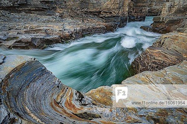 Türkiser Fluss Abiskojåkka  Abiskojakka  fließt duch den Abisko Canyon  Abisko Nationalpark  Lappland  Abisko  Norrbottens län  Schweden  Europa