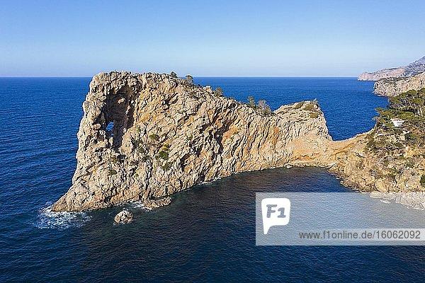 Halbinsel Sa Foradada mit Felsloch  bei Deia  Serra de Tramuntana  Drohnenaufnahme  Mallorca  Balearen  Spanien  Europa