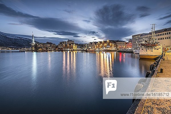 Stadt und Hafen mit Spiegelung im Meer  Tromsö  Troms  Norwegen  Europa