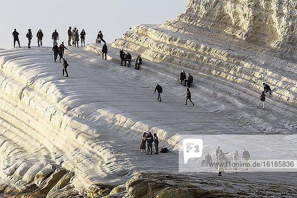 Touristen wandern auf Kreidefelsen Scala dei Turchi am Abend  Punta Grande  Realmonte  Sizilien  Italien  Europa