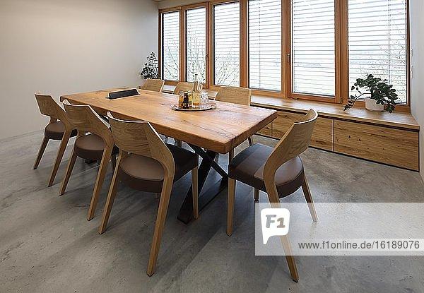 Moderne Raumgestaltung mit Holz  Besprechungszimmer  Entwurf und Fertigung ASE Wohnkultur  Tittmoning  Oberbayern  Bayern  Deutschland  Europa