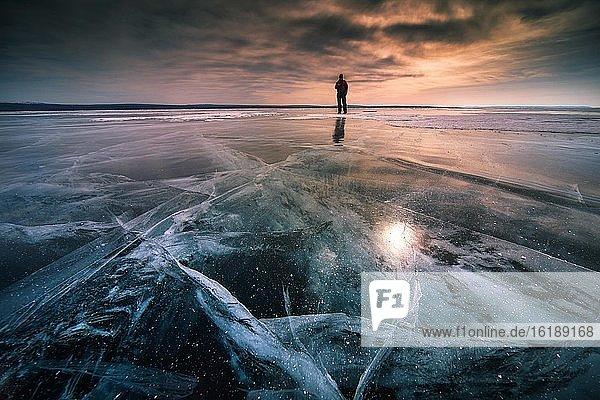 Mann auf Eisfläche  zugefrorener Khuvsgul See  Provinz Khuvsgul  Mongolei  Asien