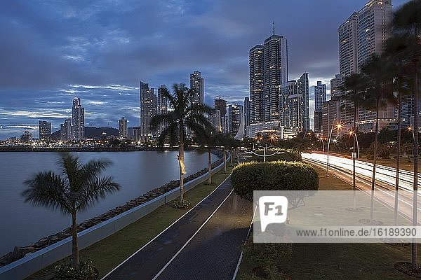 Stadtansicht  Balboa Avenue und Wolkenkratzer in der Abenddämmerung  Panama City  Panama  Mittelamerika