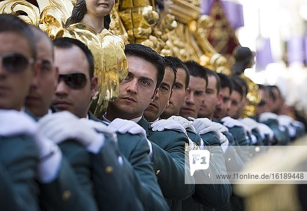 Polizeibeamte der Bruderschaft bei der Prozession zur Karwoche in Baeza  Provinz Jaen  Spanien  Europa