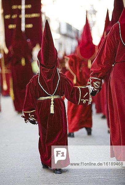 Kind in Büßerkleidung bei der Prozession zur Karwoche in Baeza  Provinz Jaen  Spanien  Europa