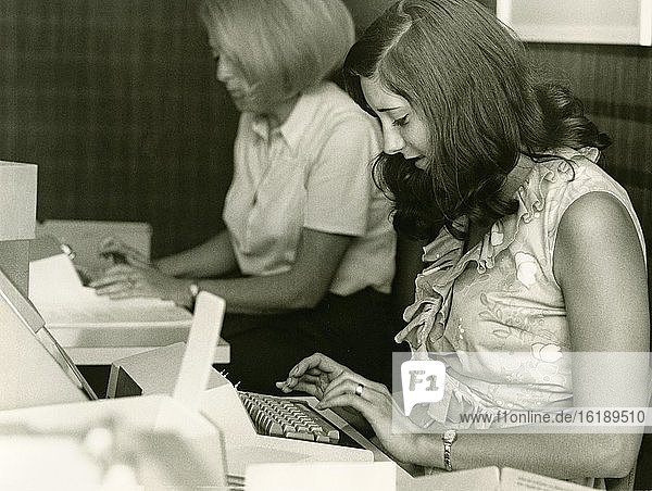 Dateineingabe,  Locherinnen stanzen Lochkarten,  auf denen die Befehle verschlüsselt sind,  Großrechenmaschine IBM 360,  Technische Hochschule (heute Technische Universität),  historische Aufnahme um 1966,  München,  Oberbayern,  Bayern,  Deutschland,  Europa
