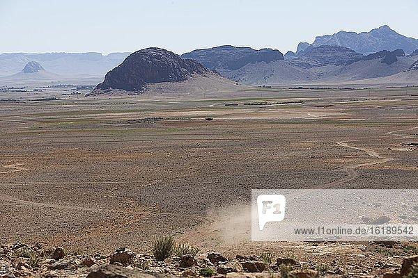 Geländewagen im Plateau im Anti-Atlas  Marokko  Afrika