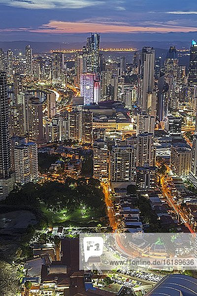 Stadtansicht mit Abenddämmerung  Panama City  Panama  Mittelamerika