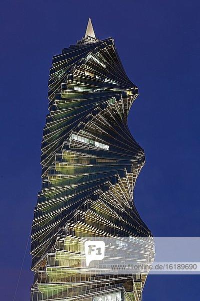 Wolkenkratzer El Tornillo  Bürohochhaus im Finanzdistrikt zur blauen Stunde  Panama City  Panama  Mittelamerika