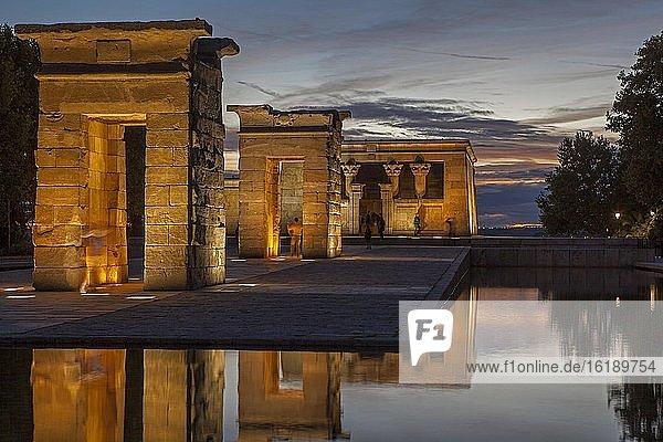 Tempel von Debod bei Abenddämmerung  Madrid  Spanien  Europa