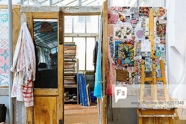 Kreatives Atelier  Inneneinrichtung mit Kunstausstattung
